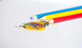 Blauwe gele rode potloodcrumbs Stock Foto