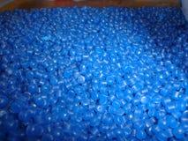 Blauwe gerecycleerde polyethyleenkorrel Royalty-vrije Stock Afbeeldingen
