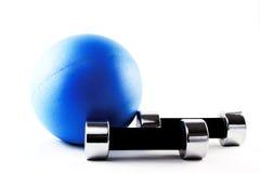 Blauwe geschiktheidsbal met zilveren handgewichten Stock Afbeelding