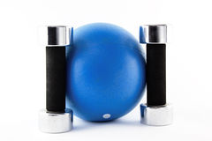 Blauwe geschiktheidsbal met zilveren handgewichten stock foto's
