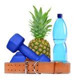 Blauwe geschiktheidsdomoren, ananas, riem en HUISDIERENfles met water royalty-vrije stock afbeeldingen