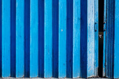 Blauwe geschilderde concertinapoorten royalty-vrije stock foto's