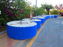 Blauwe geschilderde concrete basissen die in rij wachten Stock Afbeeldingen