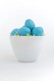 Blauwe gespikkelde eieren in Pasen-gras Royalty-vrije Stock Foto's