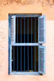 Blauwe Gevangenisbars en Houten Louvred-Blinden Royalty-vrije Stock Afbeelding
