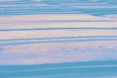 Blauwe gevoelige lijnen van schaduw op de witte sneeuw Stock Afbeeldingen