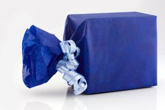 Blauwe giftdoos stock afbeelding