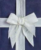 Blauwe giftdoos met wit lint Royalty-vrije Stock Foto's