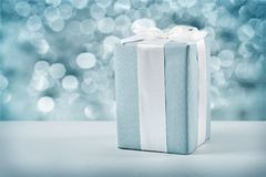 Blauwe giftdoos met witte boog op vage achtergrond Royalty-vrije Stock Fotografie