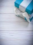 Blauwe giftdoos op de houten vieringen van het raads verticale beeld concep Stock Foto's