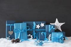 Blauwe Giften met Kerstmisdecoratie, Zwarte Cementmuur, Sneeuw Royalty-vrije Stock Foto's