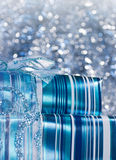 Blauwe glanzende giftdozen die met een boog worden verfraaid Stock Foto's