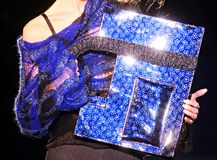 Blauwe glanzende handtas Royalty-vrije Stock Afbeeldingen