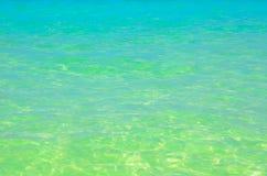 Blauwe glasheldere wateroverzees Stock Afbeelding