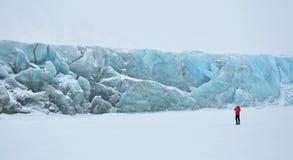 Blauwe gletsjer die door sneeuw wordt behandeld Stock Afbeelding