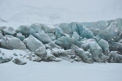 Blauwe gletsjer die door sneeuw wordt behandeld Stock Foto