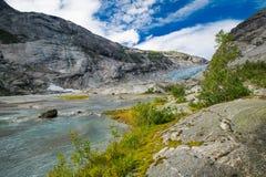 Blauwe gletsjer met meer Nigardsbreen in Noorwegen royalty-vrije stock fotografie
