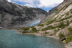 Blauwe gletsjer met meer Nigardsbreen in Noorwegen royalty-vrije stock afbeeldingen