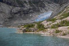 Blauwe gletsjer met meer Nigardsbreen in Noorwegen royalty-vrije stock afbeelding