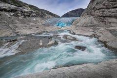 Blauwe gletsjer met rivier Nigardsbreen in Noorwegen royalty-vrije stock fotografie