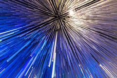Blauwe gloeiende glaslijnen als abstracte achtergrond stock foto