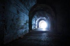 Blauwe gloeiende uitgang van donkere tunnel stock fotografie