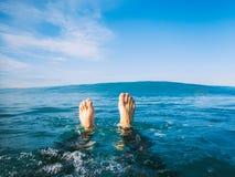 Blauwe golf in oceaan en mens van de eerste persoon Royalty-vrije Stock Foto