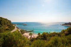 Blauwe golven die tegen de rotsen van het strand verpletteren royalty-vrije stock afbeelding