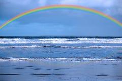 Blauwe golven en regenboog Stock Afbeeldingen
