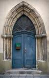 Blauwe Gotische houten deur Stock Afbeeldingen