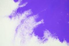 Blauwe gouache op Witboek Kleurrijke vlekken stock foto's