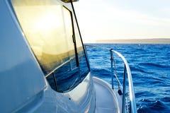 Blauwe gouden zonsopgang die aan bootkant vaart Royalty-vrije Stock Afbeelding