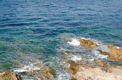 Blauwe, groene, turkooise overzees met rotsen Royalty-vrije Stock Foto's