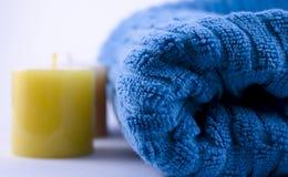Blauwe handdoek en kaarsen Royalty-vrije Stock Afbeeldingen