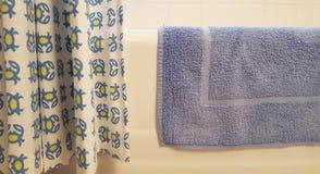 Blauwe handdoek op ton in badkamers Stock Foto