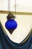 Blauwe hangende lamp stock afbeeldingen