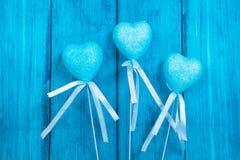 Blauwe harten op een blauwe achtergrond Stock Foto