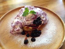 Blauwe heerlijke yummy van de bessenpannekoek Stock Foto's