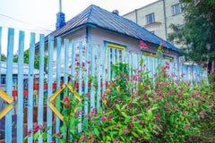 Blauwe, heldere, houten omheining dichtbij een huis in de voorsteden Royalty-vrije Stock Afbeeldingen