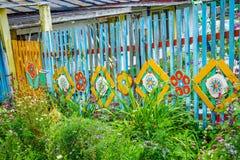 Blauwe, heldere, houten omheining dichtbij een huis in de voorsteden Royalty-vrije Stock Foto's