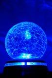 Blauwe heldere kristallen bol stock afbeelding