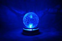Blauwe heldere kristallen bol royalty-vrije stock fotografie