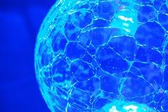 Blauwe heldere kristallen bol stock fotografie