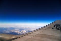 Blauwe hemel achter vliegtuigvenster Stock Foto's