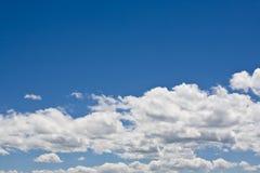 Blauwe hemel & witte wolken royalty-vrije stock fotografie