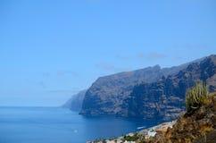 Blauwe hemel, bergen en overzees Stock Fotografie