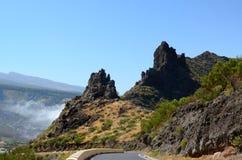 Blauwe hemel, bergen en weg Royalty-vrije Stock Foto's