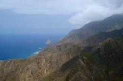 Blauwe hemel, bergen, oceaan Stock Foto