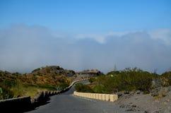Blauwe hemel, bergen, weg Stock Foto