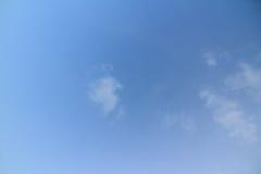 Blauwe hemel in bewolkt Stock Afbeeldingen